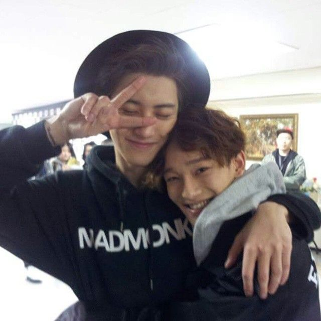 Awww look at this adorable couple. Chen looks happily in love