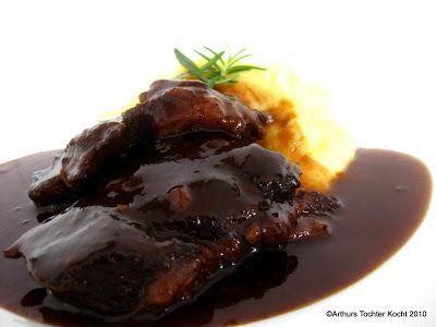 Geschmorte Kalbsbäckchen im Rosmarin-Jus mit zitronigem Kartoffelpüree und als Dessert Gratin aus Blutorangen mit der besten Schokoladenmousse der Welt nach einem Rezept von Wolfram Siebeck