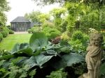 Deze tuin is met hagen in 9 verschillende originele tuinen ingedeeld. U komt op uw wandeling van de ene verrassende tuin in de andere. Er zijn prachtige grote borders, vijvers en priëlen.  De tuin heeft perfecte zichtlijnen en leuke doorkijkjes. Vanaf het vroege voorjaar bloeien er duizenden bloembollen die ook in de meimaand samen met voorjaarsbloeiende planten kleur aan de tuin geven. In de hobbykwekerij zijn allerlei planten en bollen te koop.