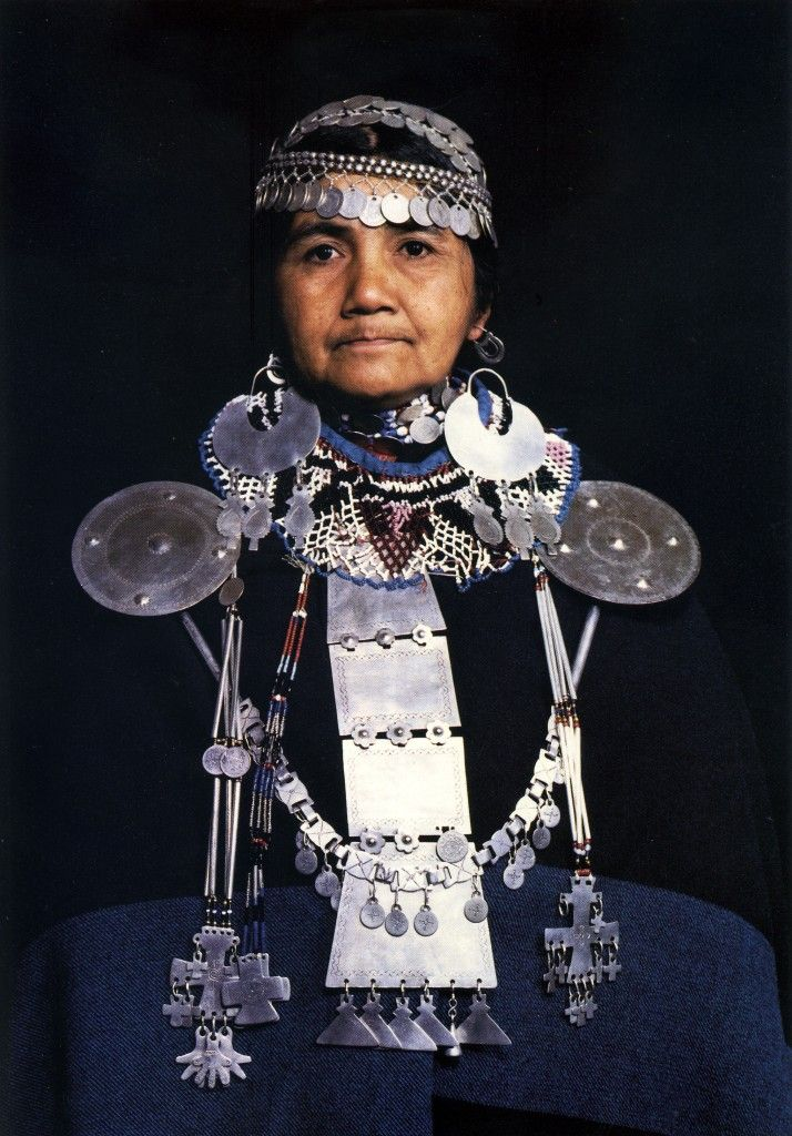 The Mapuche people live on the Andes Mountains, straddling Argentina and Chile, between the Aconcagua River and Chiloé Island. Its inhabitants are very wedded to their land and their customs, and have a rich cosmology that focuses its principles in their attachment to ancestral territories, then embodied in everyday objects such as ceramics, textiles and jewellery.