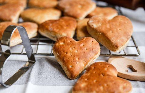Tekakor till alla hjärtans dag, självklart i form av hjärtan. De här är riktigt saftiga och goda och passar perfekt till en hjärtlig frukost!