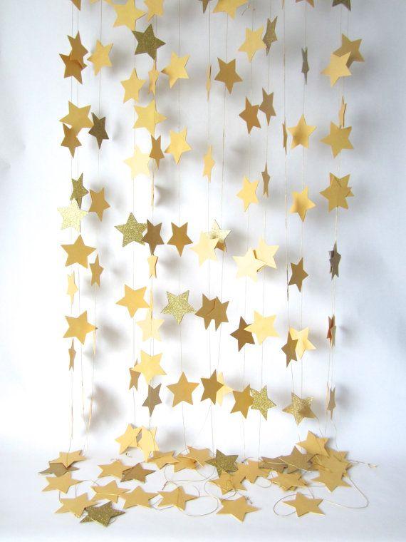 Guirnalda de papel, estrella garland, guirnalda wedding, guirnalda de brillo, decoración de vacaciones, guirnalda de Navidad, guirnalda de vacaciones, decoración de año nuevo que este listado está para una cadena de 16 pies de oro estrellada y brillo garland. Cada estrella se corta de alta calidad 65lb ácido y lignina libre cartulina. Las estrellas son entonces dos pegados a la vez cuidadosamente a mano, intercala una pieza de oro cordones para que cuando tus estrellas cuelgan libremente…