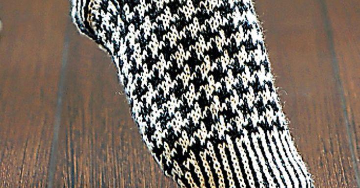 Strikkede sokker trenger ikke å være trøtte. Disse syns vi faktisk er ganske kule! Hundetannmønsteret er jo aldri helt borte i fra motebildet, men de siste årene har det fått en viss renessanse. Hvorfor ikke pimpe opp føttene med et par som også holder deg god og varm
