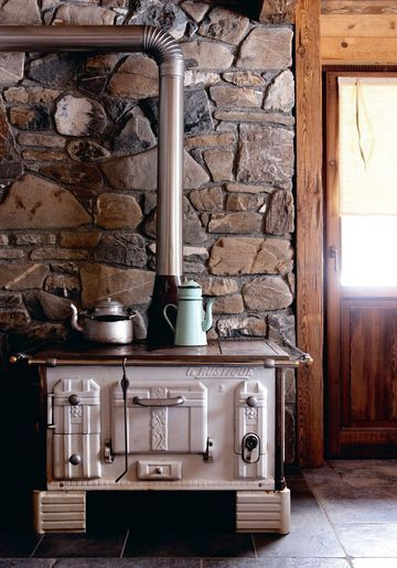 Un coin cuisine à l'esprit vintage - Charmants chalets au coeur des Alpes - CôtéMaison.fr