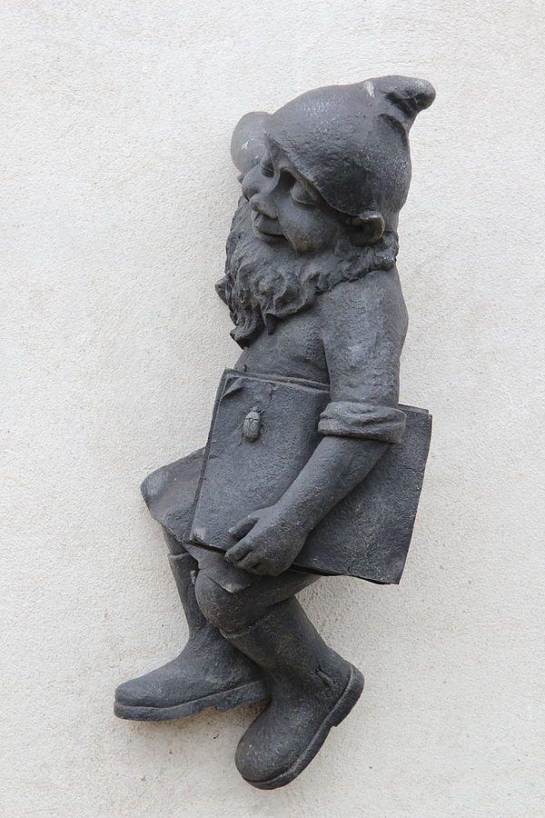 """Opałek (Opalek), wrocławski krasnal znajdujący się przed punktem przedszkolnym """"Koszałki Opałki"""" na Irkuckiej 11;"""