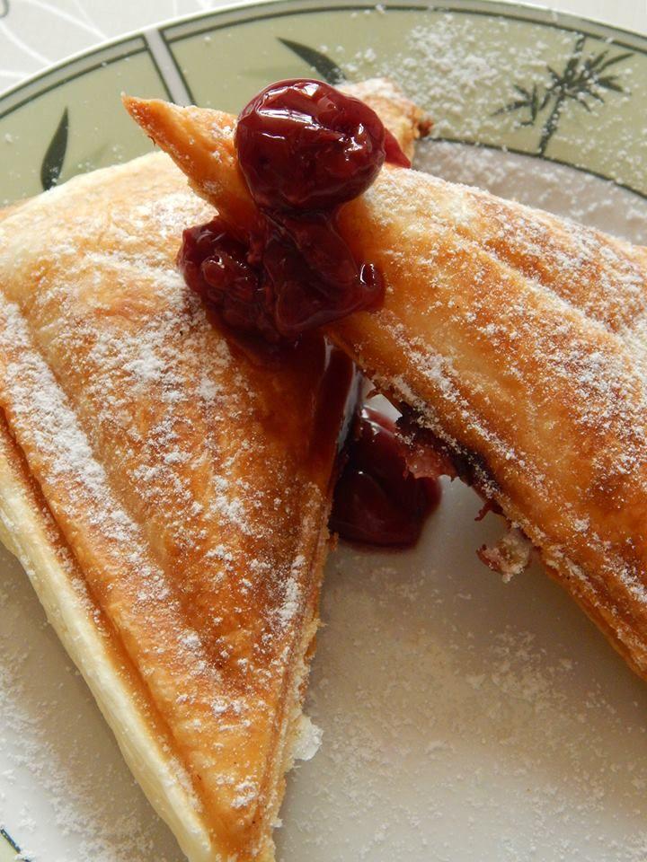 Villámgyorsan elkészíthető: meggyes-pudingos táska szendvicssütőben sütve | Életszépítők