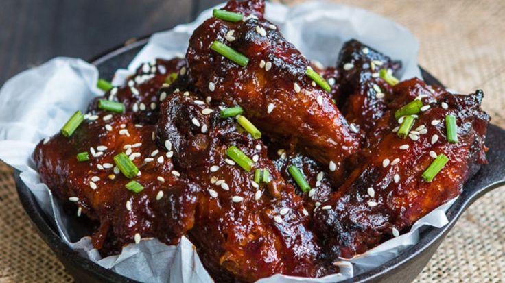 Esta receta de alitas de pollo con salsa de barbacoa de piña te dejará chupándote los dedos. Es súper fácil de preparar ya que se prepara en una olla de cocción lenta. Lo único que tienes que hacer es poner todos los ingredientes dentro de la olla y unas horas más tarde tendrás listas estas deliciosas alitas. ¡Buen provecho!
