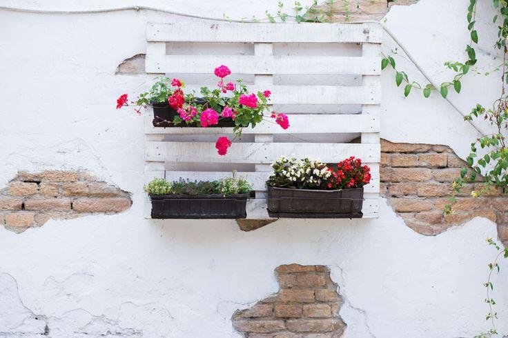 Riciclo fai da te in giardino: idee creative per arredare spazi all'aperto. Vecchi vasi, bancali in legno, vecchie porte: scoprite come riutilizzarli per abbellire giardini e terrazzi.
