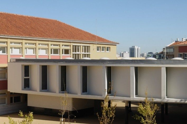 Escola Marquesa de Alorna, vista da nova biblioteca, a partir do campo de jogos, Lisboa, 2008-2012<br />Foto Laura Castro Caldas & Paulo Cintra