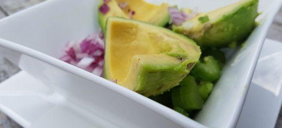 Een lekker koolhydraatarme salade, avocado tonijnsalade. Deze avocado tonijn salade heeft een heerlijke frisse smaak en vult erg goed. In een portie avocado tonijnsalade zit namelijk 11,5 gr vezels en 29 gr eiwit.