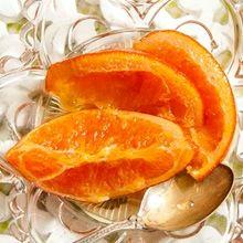Αυτή η συνταγή διαφέρει πολύ απ' αυτές που μέχρι τώρα έχετε δοκιμάσει. Πρώτον γιατί οι φέτες απ' το πορτοκάλι στεγνώνουν ελαφρά στο φούρνο και μετά εμβαπτίζονται στο σιρόπι και δεύτερον γιατί οι κόκκοι του καφέ δίνουν μια εξαιρετική γεύση σ' αυτό το γλυκό κουταλιού.
