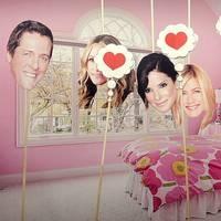 Hugh Grant blir kär, är ett svin och spiller kaffe på Jennifer Aniston. Så sammanfattas alla romantiska komedier i Film på minuten!    http://www.svt.se/film-pa-minuten/se-program/
