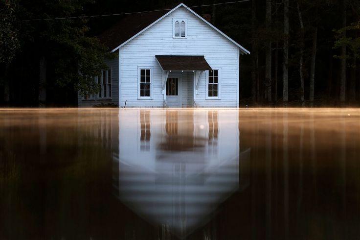 Reuters - As 20 fotos de natureza mais impressionantes de 2016. As inundações na Carolina do Norte depois da passagem do furacão Matthew Foto REUTERS/Carlo Allegri