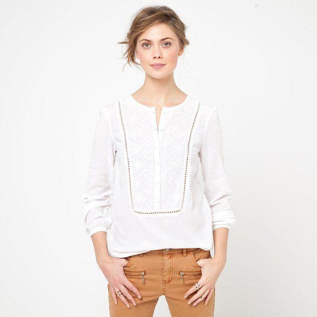 Blouse brodée manches longues pur coton SOFT GREY : prix, avis & notation, livraison. La blouse Soft Grey. 100 % coton. Encolure tunisienne. Plastron brodé, bordé de petits jours. Manches longues. Long. 68 cm.