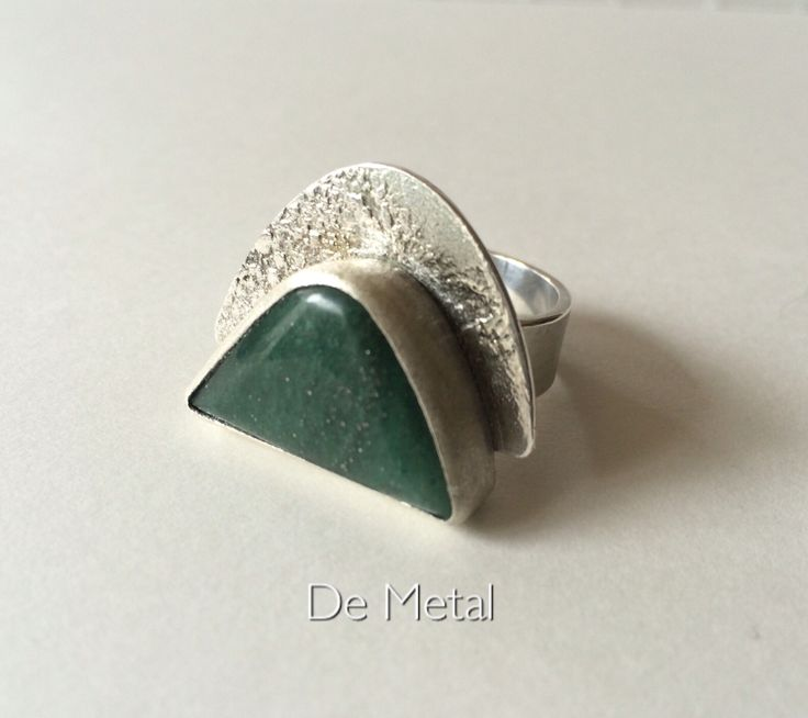Plata y piedra ..... (Silver and stone ..contemporary jewelry / author )