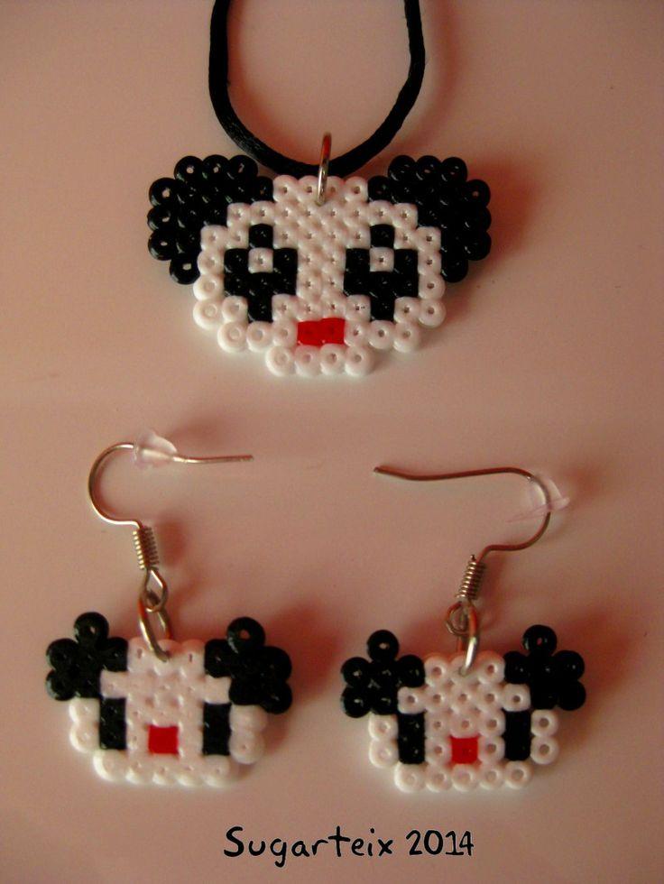 Conjunto de pendientes y colgante para el cuello oso panda en hama mini. Si te gusta puedes adquirirlo en nuestra tienda on-line: http://www.mistertrufa.net/sugarshop/ Ver más en: http://mistertrufa.net/librecreacion/groups/hama-beads/