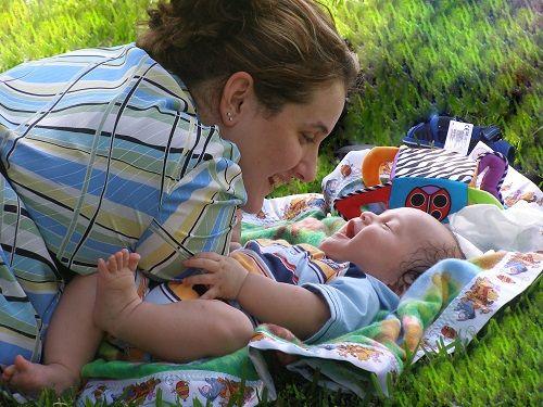 Linguaggio del neonato: perché anche i neonati hanno molto da dire! Il bambino ha molto da raccontare alla propria mamma e al proprio babbo e proprio durante il massaggio si possono creare le condizioni migliori per poterne leggere e comprendere l'insieme dei segnali, che egli usa per far capire ai genitori ciò che vuole comunicare, perché essi possano rispondere ai suoi bisogni in modo amorevole e rispettoso.