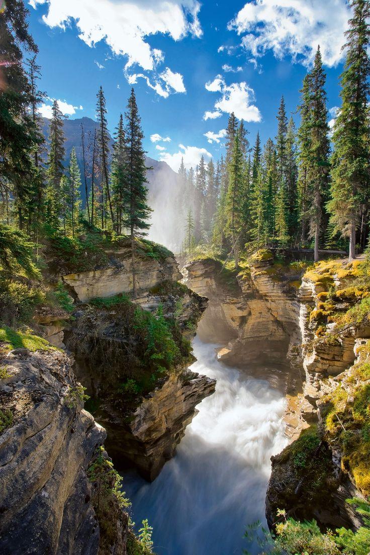 Canada. Las aguas del glaciar Athabasca se desploman en un caudaloso salto de 23 metros dentro del parque Jasper. MICHELE FALZONE / AWL IMAGES