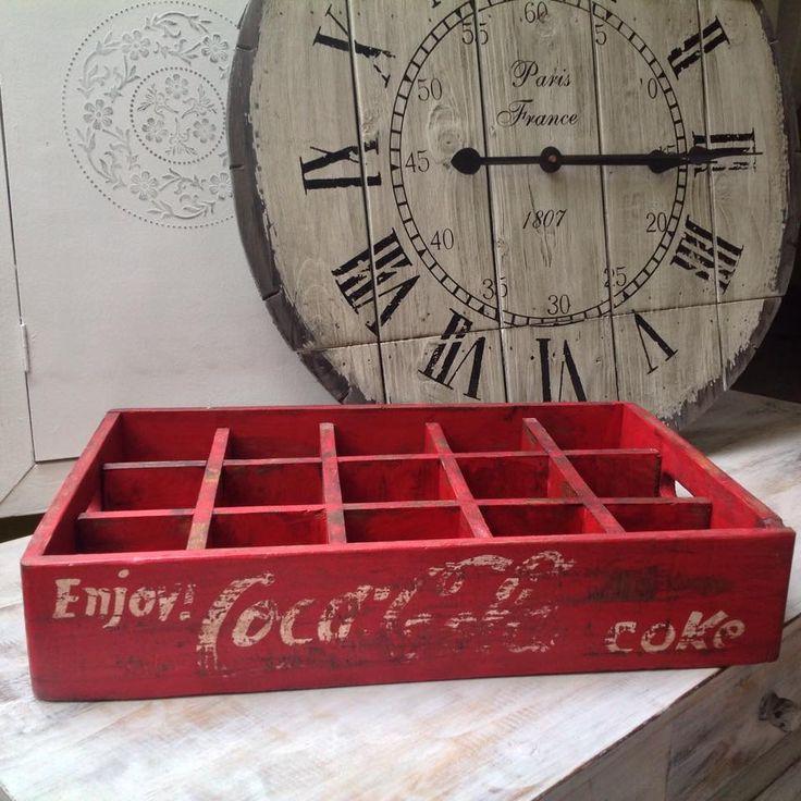 V tejto praktickej drevenej prepravke si elegantne uložíte fľaše v kuchyni, naservírujte si čaj, alebo ju využijete ako úložný box po vybratí priehradiek.