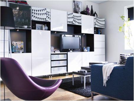 Noir, blanc ou violet… le chaos s'harmonise grâce aux modules de rangement média BESTÅ qui ficellent le décor de n'importe quelle pièce.