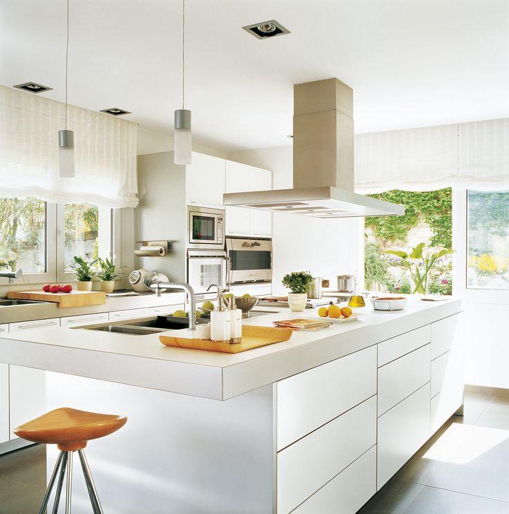 Cocina con mobiliario laminado en blanco, con isla central