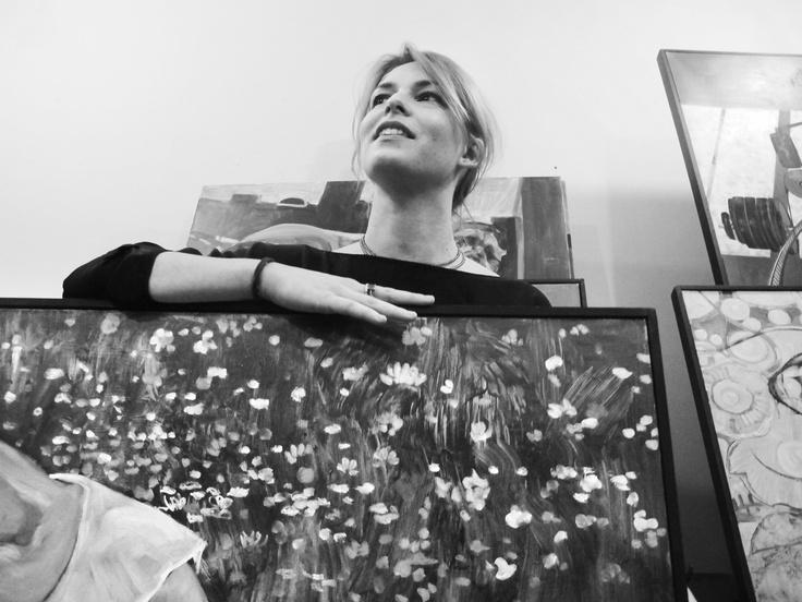 Zelda Sartori, eccellente oltre che incantevole pittrice fidentina, abitualmente dipinge papaveri e coerentemente, diEnrico Robusti, predilige gli sfondi floreali. Parma 2012.
