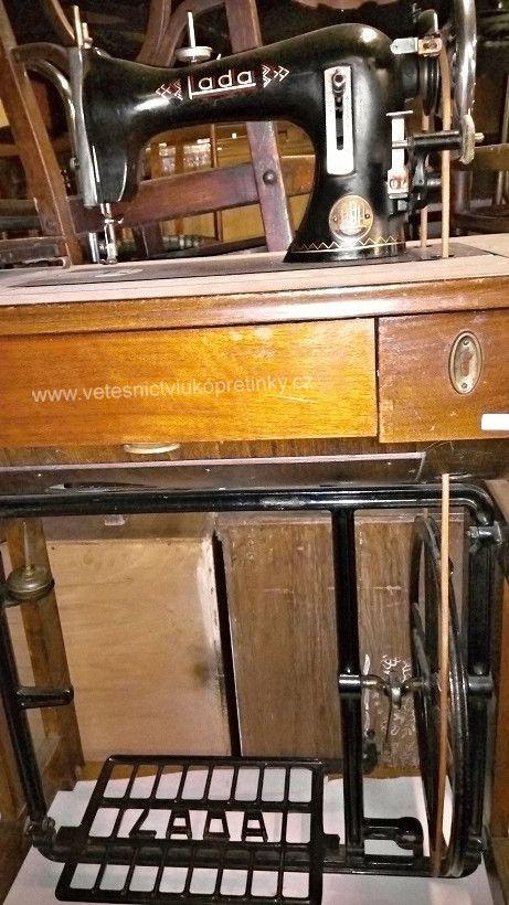 Starožitný a zachovalý šicí stroj Lada. Stoj je vyzkoušený a je plně funkční.