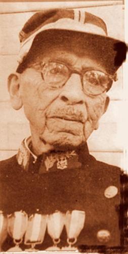 """General de División Ricardo Orellana Olate, Chihuaihue, (19-09-1860). El 20 de enero de 1883 ingresa de corneta de órdenes al escuadrón """"Carabineros de la Frontera"""" para vigilancia de la Araucania. Trasladado a Calama hasta el 14 de noviembre de 1884. Asciende a Subteniente por ley 9.940 de 1951. Por ley 11.201 de 1953 asciende a Mayor y a General de División por ley 16.276 de 1965. Fallece en Temuco el 21 de Febrero de 1967 siendo el ultimo veterano del 79. Tenia casi 107 años."""