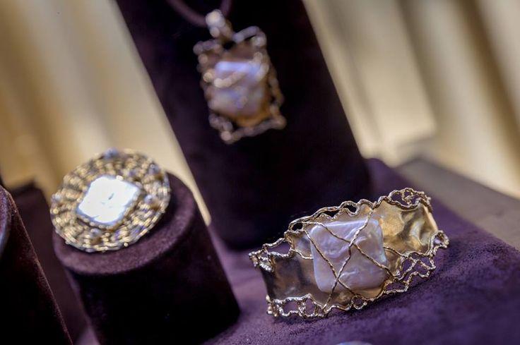Perlele, indiferent că sunt de zi, că sunt în forme fancy, nedefinită, ori sunt avant garde, sunt mereu o alegere înțeleaptă.