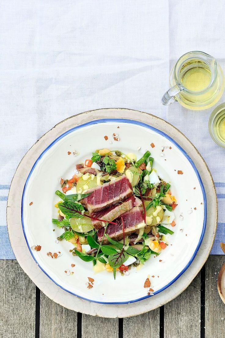 Salade niçoise met verse tonijn  http://www.njam.tv/recepten/salade-nicoise-met-verse-tonijn