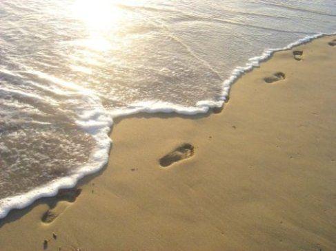 砂浜の足跡 by 大天使メタトロン – ライトワーカー・ジャパン