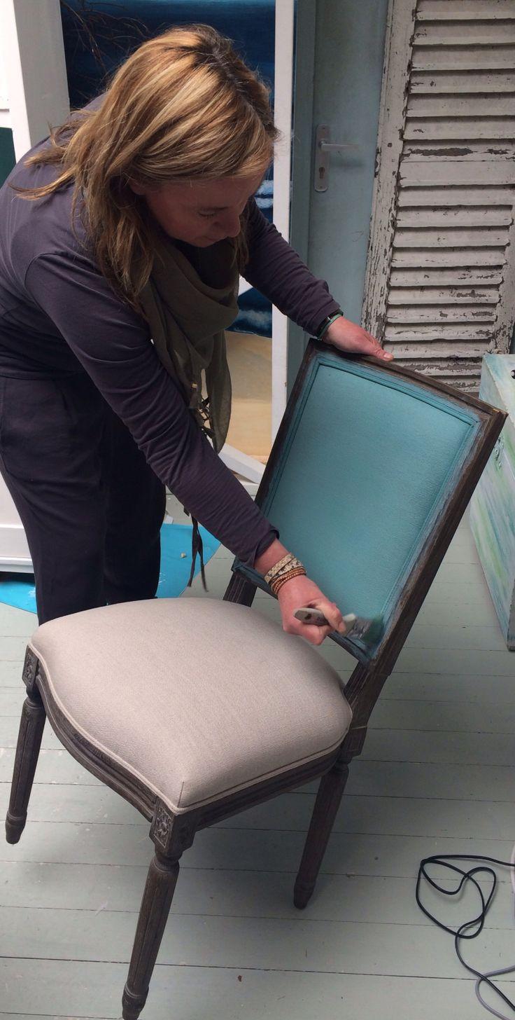 Vandaag begonnen met het verven van de bekleding van dit stoeltje met Chalk Paint™, decoratieve verf van Annie Sloan. Eindresultaat deze week te zien bij Maison et Moi
