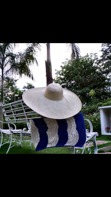 Bolso en caña flecha bordado en crochét y sombrero hecho a mano por artesanos colombianos.