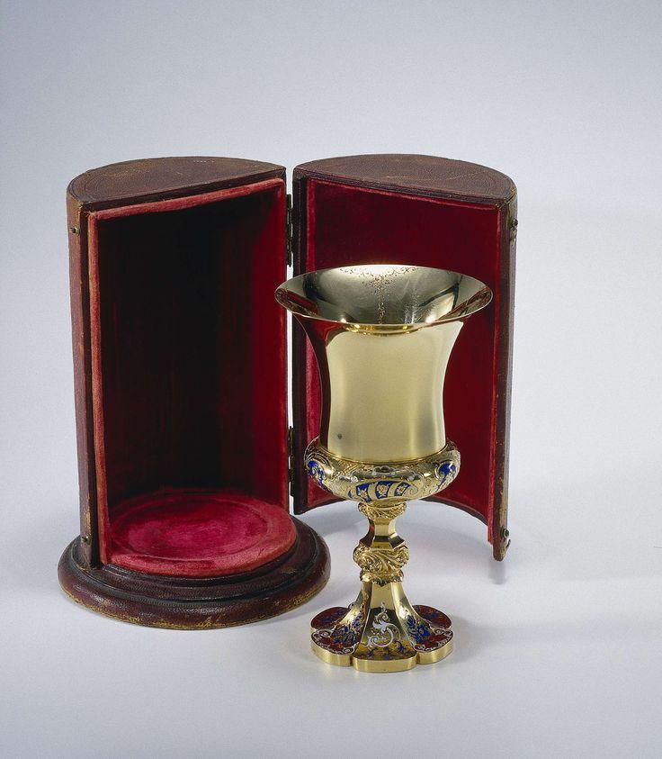 Anonymous | Foedraal behorende bij gouden beker, Anonymous, 1849 | Beker van goud, versierd met blauw en wit émail, tesamen met paars leer bekleed foedraal van hout (B). Nederland, Amsterdam, 1849.