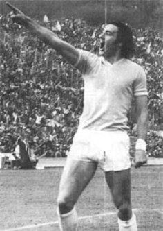 Chinaglia celebrates his goal in the derby of '74 indicating the supporters of AS Roma with a gesture of defiance. GOODBYE LONG JOHN (1947-2012)