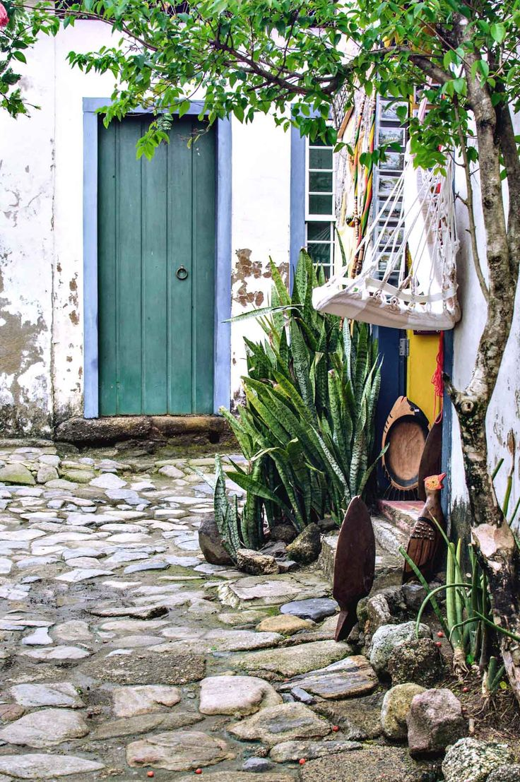 One of the many handicraft stores in Paraty, Brazil | heneedsfood.com