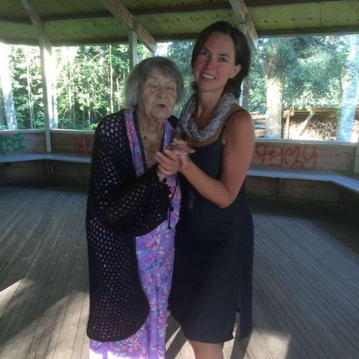 100-vuotias Tuulikki tanssii