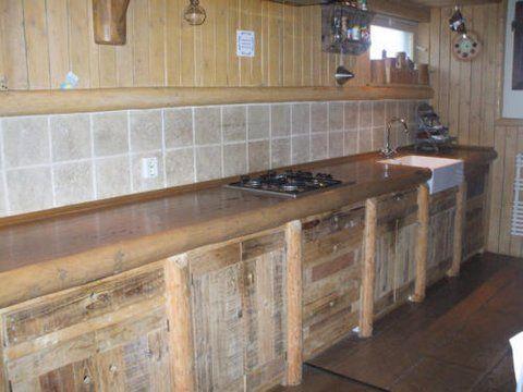 Door de oude kastdeurtjes, aanrechtblad, enz. te vervangen voor nieuw van Logbuilding, krijg je een hele nieuwe keuken!
