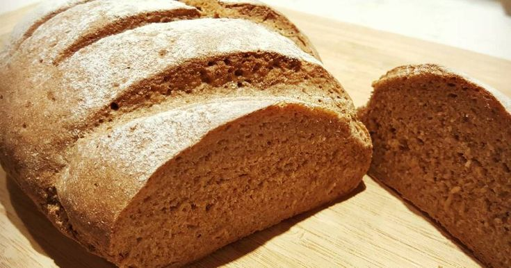 """Mennyei Teljes kiörlésű rozskenyér recept! Magas rosttartalmú, vitaminban és ásványi anyagokban - E-vitamin, B-vitamin, kálium, kalcium, magnézium, foszfor - gazdag lisztből készült kenyér, ami gyorsan, kb. 10 perc dagasztással összeállítható. Utána már csak a kelesztés és a sütés van hátra.  Ha otthon készíted biztosan nem lesznek benne káros adalékanyagok és színezékek, mint általában bolti """"barna"""" kenyerekben.  Kb. 350 grammos sötétebb és tömörebb belű kenyeret fogsz kapni. :)"""