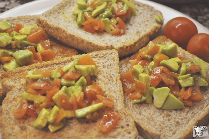 Hoy en Cook Me and Show Me un aperitivo light y saludable: Pan tostado con aguacate y tomate cherry. #recipe #food #aperitivo #receta