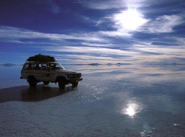 Озеро Салар-де-Уюни, Боливия  На территории Боливии множество пресных и соленых озер, но наибольшее внимание привлекают знаменитые соленые озера Салар-де-Уюни (Salar de Uyuni) общей площадью 12 тыс. кв. км, лежащие на высоте 3650 м. По данным ученых, эти озера представляют собой остатки огромного доисторического соленого озера, которое некогда покрывало почти весь юго-запад Боливии.