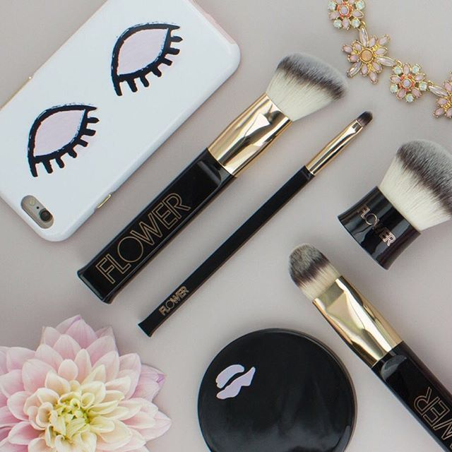 So much #FLOWERBeauty gorgeousness happening here, including our new brushes-Ultimate Travel Brush Set, Blush & Contour Brush, Retractable Brush & Kabuki Brush!! 🤗 Double tap if you agree! #LinkInProfile