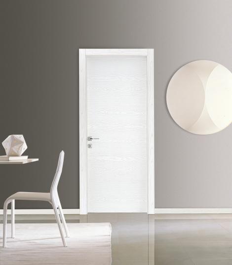 Dalla collezione Everlasting una porta bianca con spazzolatura orizzontale, splendido effetto venatura naturale del legno. Telaio in legno pannello resistente a graffi e segni del tempo.