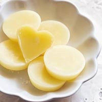 Borstplaat is een lekker recept en bevat de volgende ingrediënten: 500 g suiker, 1 zakje vanillesuiker, 10 g roomboter, 150 ml slagroom