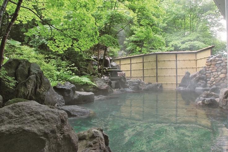 格調ある日本庭園の造りで、しっとりとお湯情緒を満喫できます。