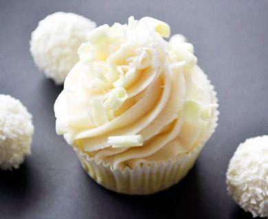 Diese kleinen Kuchen Raffaello Buttercreme Cupcakes sehen nicht nur toll aus sie schmecken auch himmlisch. Ein Rezept bei dem jeder gerne zubeißt.