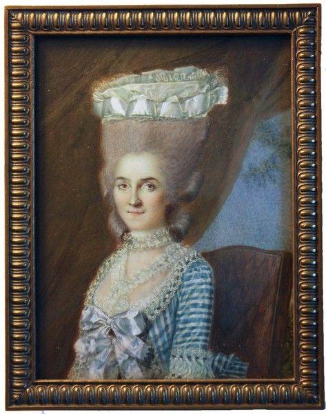 Portrait d'une femme, vêtue d'une fine robe de satin blanc à rayures bleues taillées de dentelle fine et de rubans de satin blanc, sa perruque haute en poudre ornée de ruban de satin blanc, par Antoine Vestier