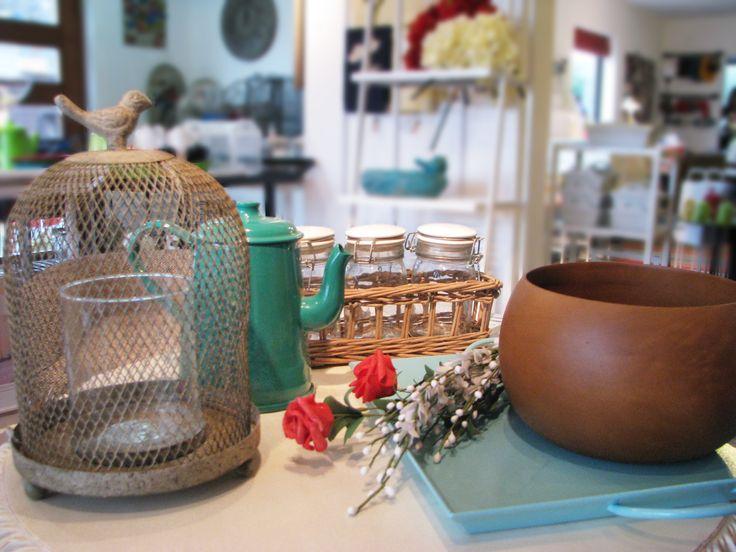 Madera, fierro, flores y velas conforman un look acogedor para cualquier ambiente.