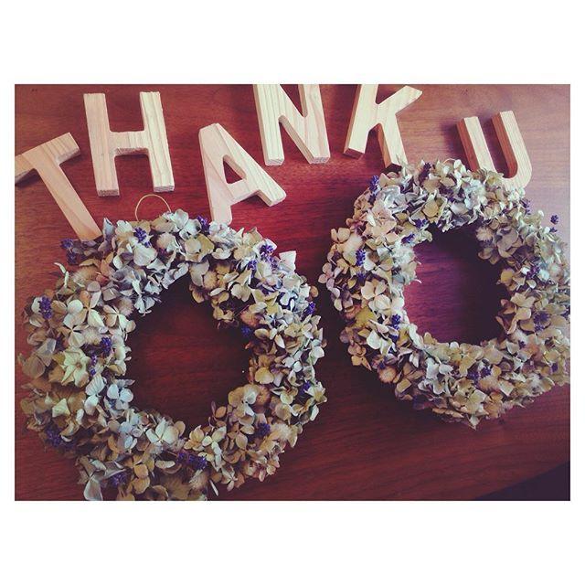 DIY ・ 北海道から取り寄せた 花七曜さんのドライフラワー ・ 薄いブルーのグラデーション ・ 難しかったけどせっせと グルーガンで作成‼︎ ・ これに台紙と写真を添えて 記念品で贈る予定です ・ 喜んでくれるかなぁ〜♡ 海っぽさは色だけ ずっと飾れるように 貝殻は付けるのをやめました ・ #プレ花嫁#花嫁#準備#結婚準備#ドライフラワー#花七曜#リース#DIY#アジサイ#ラベンダー#記念品#贈呈#記念品贈呈#両親#ブルー