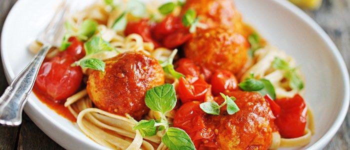 Linguine med kycklingfrikadeller i mustig tomatsås.